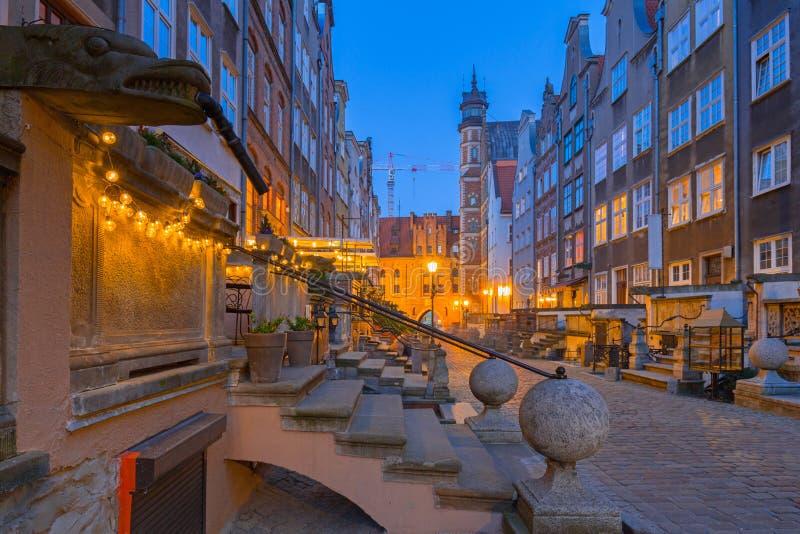 Arquitetura de surpresa da rua de Mariacka na cidade velha em Gdansk na noite, Polônia imagem de stock