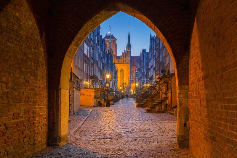 Arquitetura de surpresa da rua de Mariacka na cidade velha em Gdansk na noite, Polônia fotos de stock