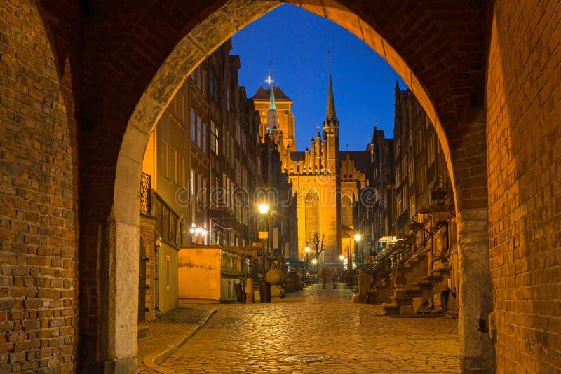 Arquitetura de surpresa da rua de Mariacka na cidade velha em Gdansk na noite, Polônia fotografia de stock