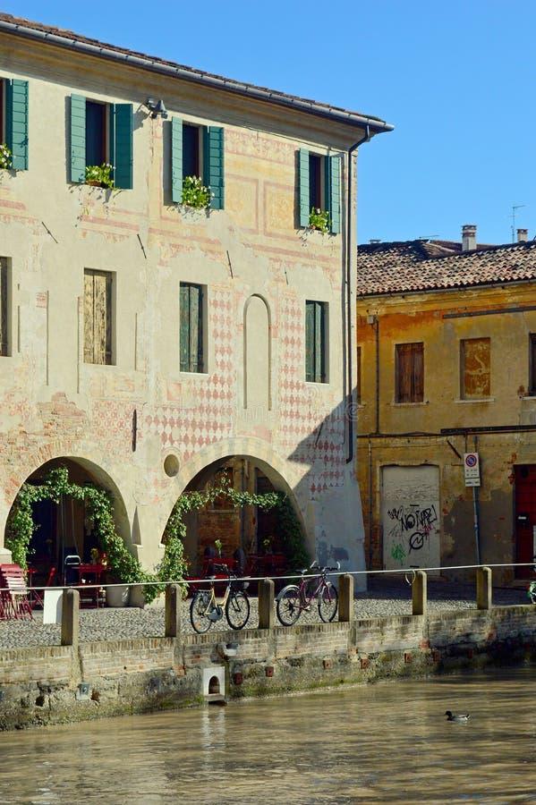 Arquitetura de Treviso - construção com arcadas por um canal 5 fotos de stock royalty free