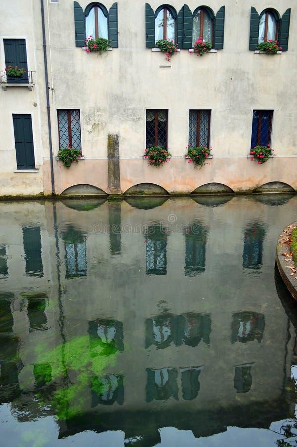 Arquitetura de Treviso - construção construída sobre a água pelo canal 4 imagem de stock royalty free