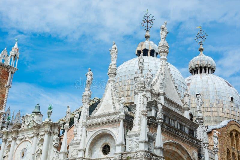 A arquitetura do palácio do doge do pátio: o pulso de disparo, as esculturas e as abóbadas, Veneza, Itália imagem de stock royalty free