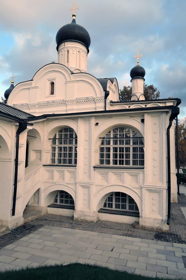 Arquitetura do parque de Zaryadye em Moscou Igreja da concepção de St Anne imagem de stock