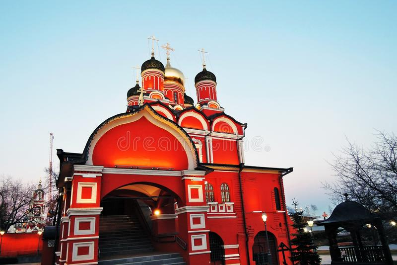 Arquitetura do parque de Zaryadye em Moscou Igreja de Znamensky do antigo monast?rio de Znamensky imagem de stock royalty free