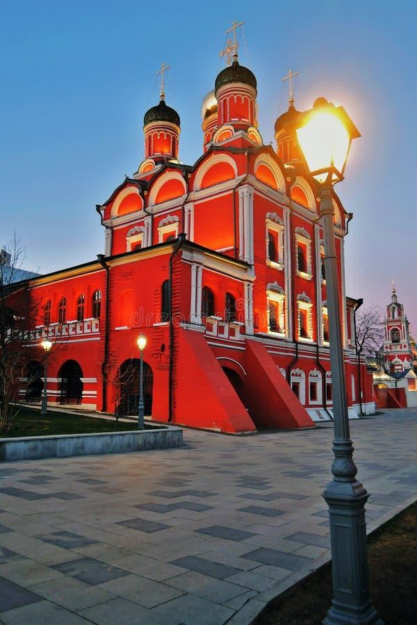 Arquitetura do parque de Zaryadye em Moscou Igreja de Znamensky do antigo monast?rio de Znamensky fotografia de stock royalty free