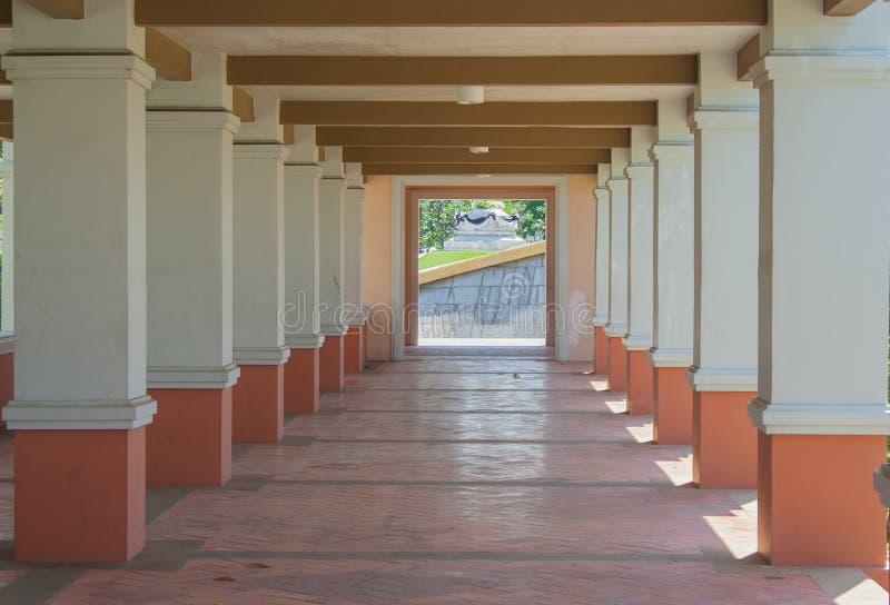 Arquitetura do passeio do túnel nas construções imagens de stock