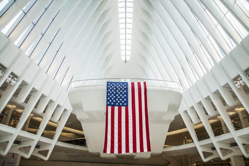 Arquitetura do World Trade Center de Westfield com suspensão da bandeira americana foto de stock