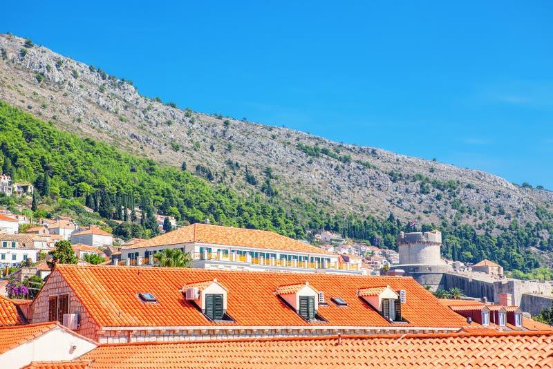 Arquitetura e montanha em Dubrovnik imagens de stock royalty free