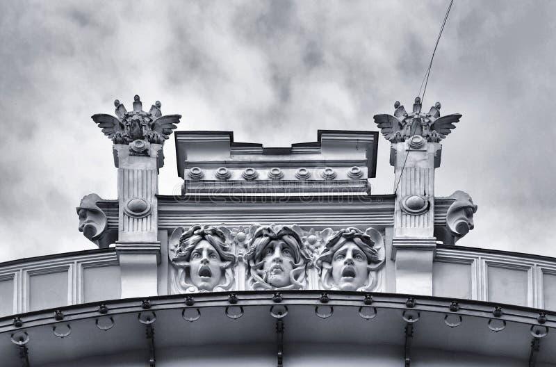 Arquitetura e ornamento clássicos na construção nas ruas de Riga, Letónia imagens de stock