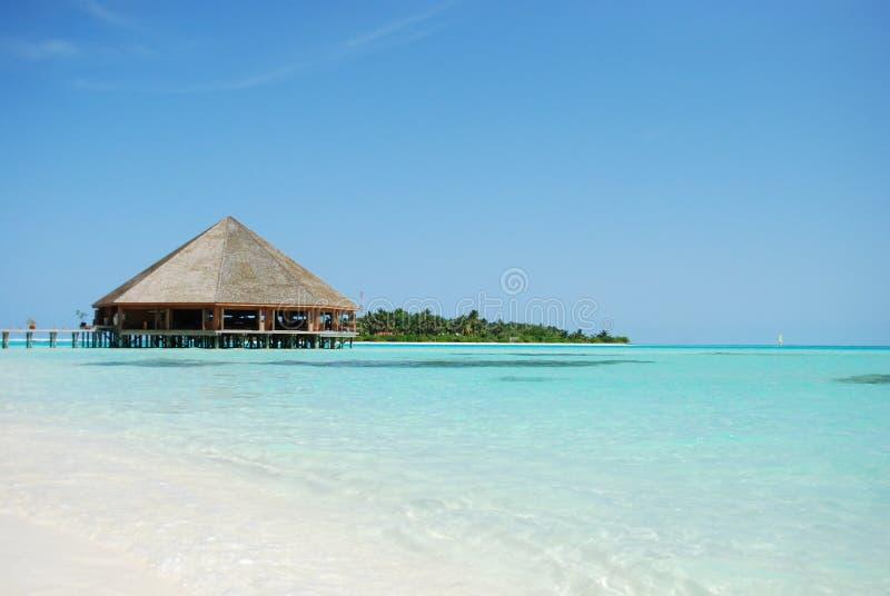 Arquitetura e praia do bungalow em Maldives fotografia de stock royalty free