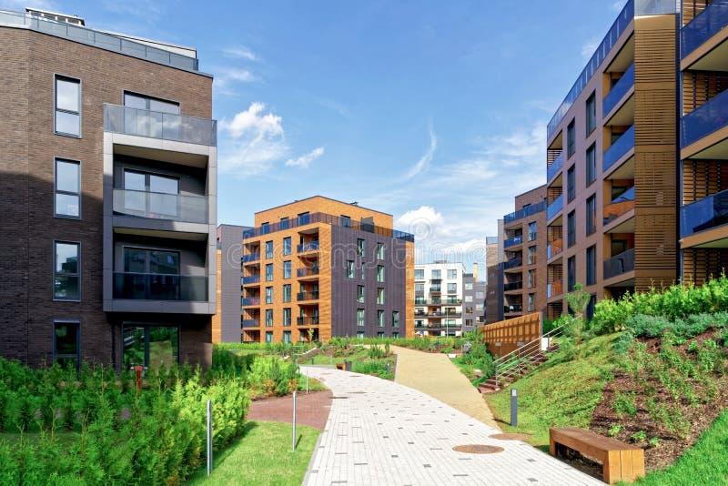 Arquitetura europeia moderna do quarto da construção residencial fotos de stock royalty free