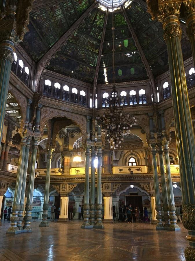 Arquitetura excelente em um dos salões no palácio de Mysore fotos de stock royalty free
