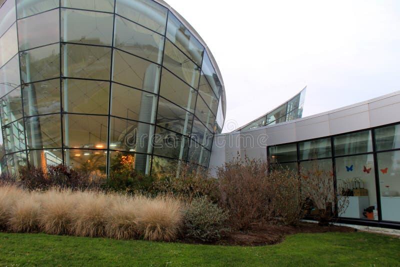 A arquitetura exterior que conduz na dança voa o jardim da borboleta, museu forte, Rochester, NY, 2017 fotografia de stock