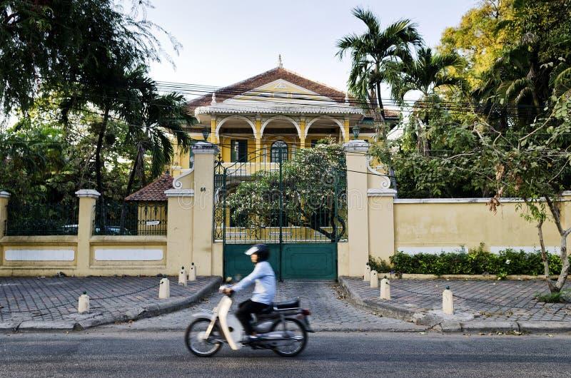 Arquitetura francesa colonial velha no camb central da cidade de Phnom Penh imagens de stock royalty free