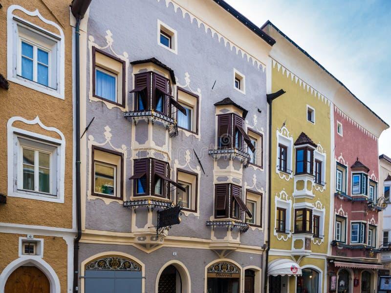 A arquitetura Gótico-barroco original das construções de Vipiteno, Itália imagem de stock