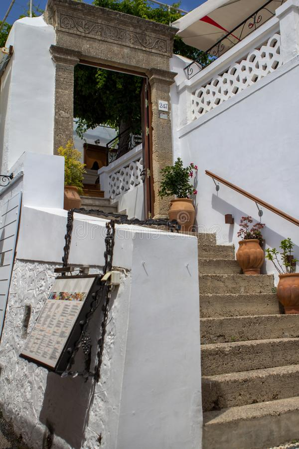 Arquitetura grega típica em Rhodes Island, Grécia fotografia de stock