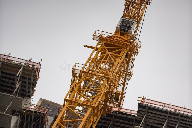Arquitetura highrise industrial do guindaste de construção foto de stock