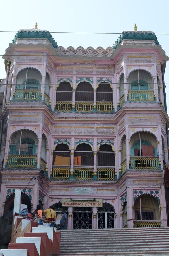 Arquitetura hindu da construção em Varanasi, Índia fotografia de stock royalty free