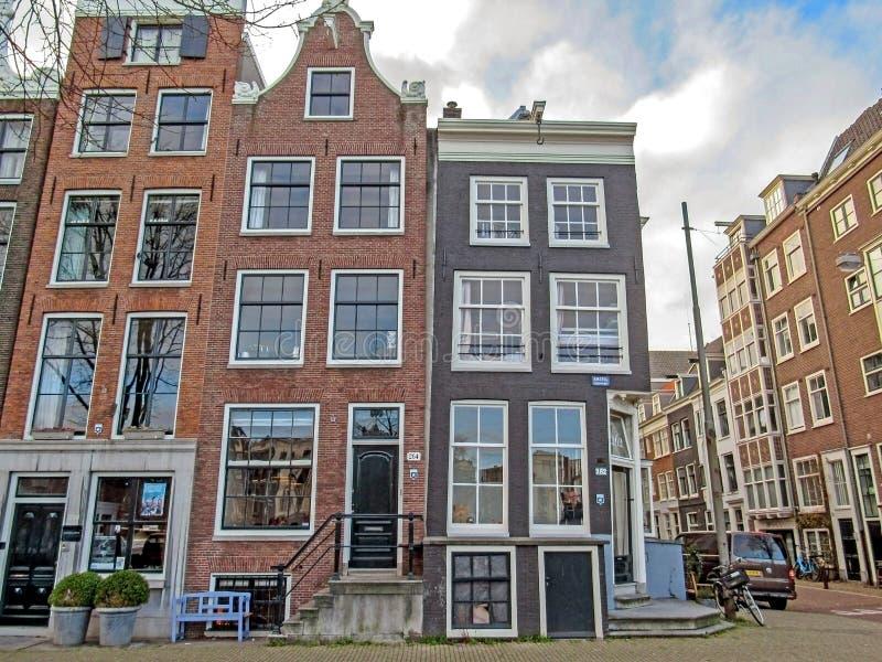 Arquitetura holandesa na rua, construções flamengas tradicionais do vintage famoso da cidade de Amsterdão foto de stock