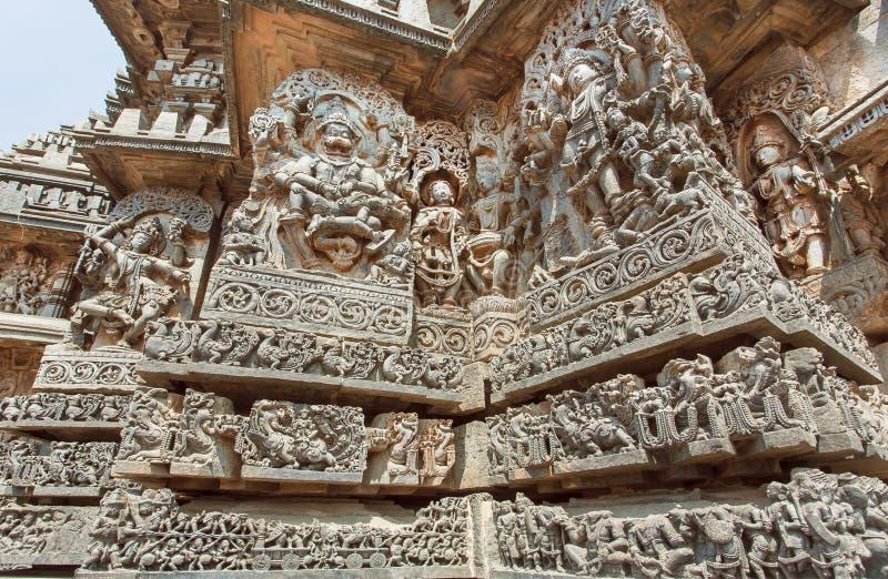 Arquitetura indiana fantástica em templos antigos de Halebidu, com o senhor cinzelado de Narasimha e outros deuses hindu, Índia fotografia de stock royalty free