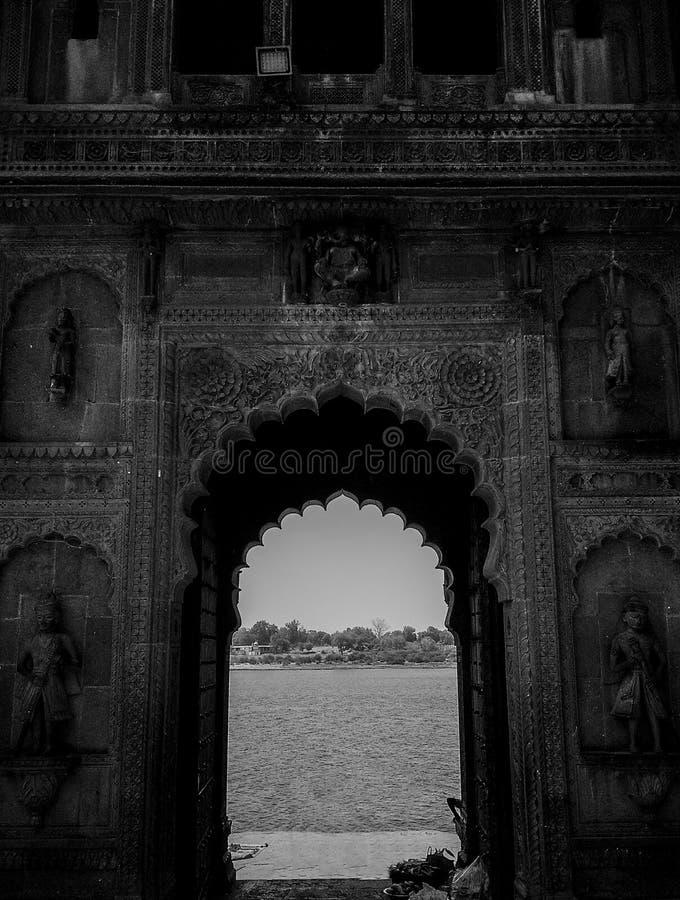 Arquitetura indiana, uma entrada em Maheshwar, Madhya Pradesh, Índia foto de stock