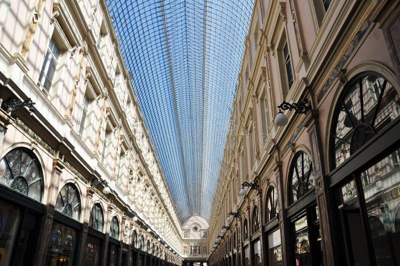Arquitetura interior e telhado abobadado de vidro do Galeries Royales Saint-Hubert, Bruxelas imagens de stock