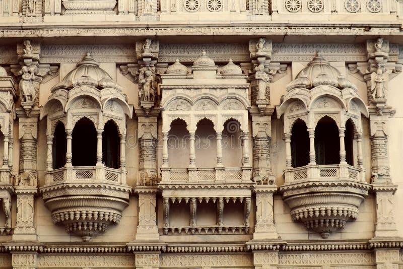Arquitetura Jain das janelas do templo perto do mercado de Shivaji do chatrapati, acampamento, Pune, Maharashtra fotos de stock royalty free