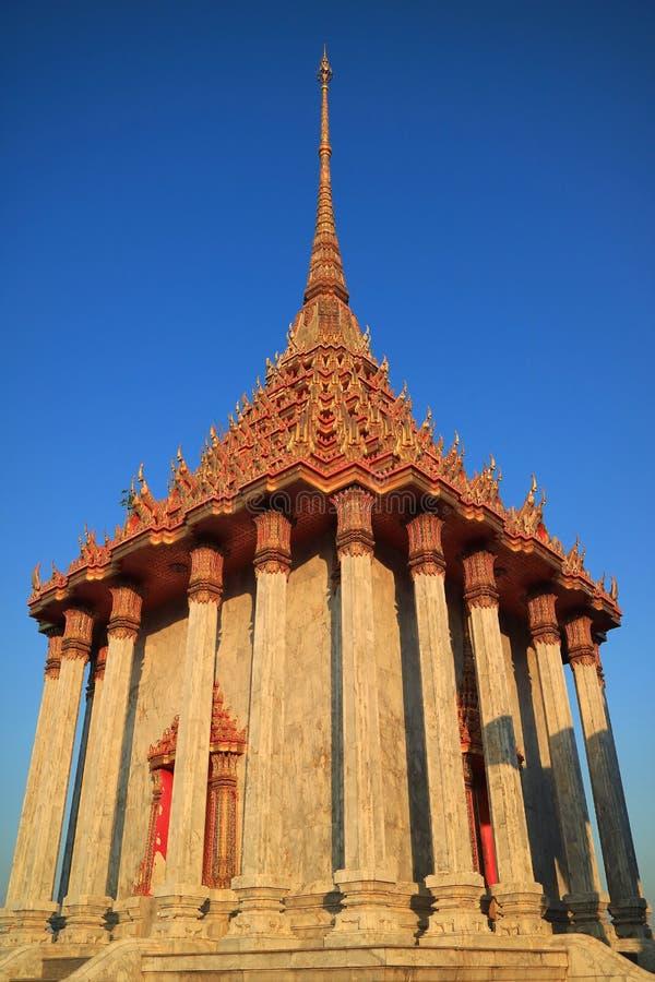 A arquitetura lindo chamou Mondop em Wat Khao Di Salak Buddhist Temple, província de Suphanburi, Tailândia imagem de stock