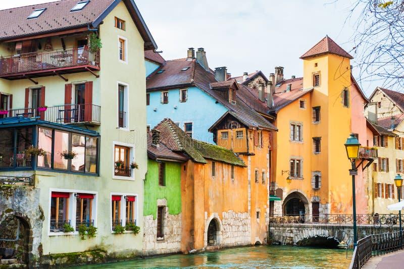 Arquitetura medieval no canal em Annecy, França fotografia de stock