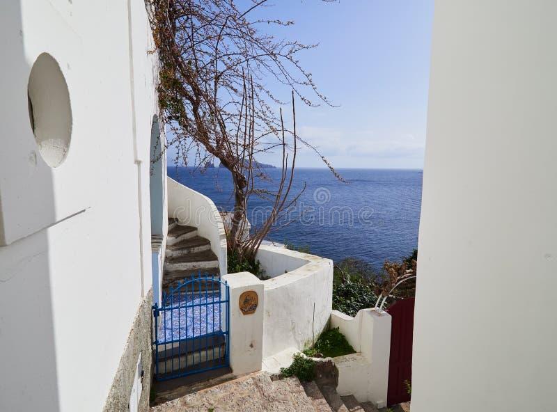 Arquitetura mediterrânea nas ruas das ilhas eólias, Sicília, Itália imagens de stock royalty free