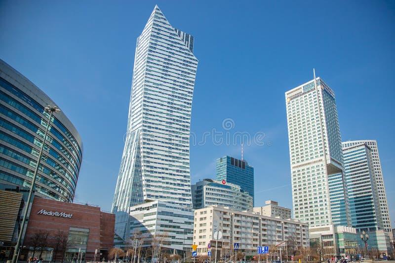 Arquitetura moderna, arranha-c?us no centro da cidade de Vars?via, Pol?nia imagens de stock
