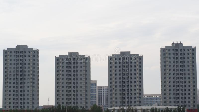 Arquitetura moderna, com reflexões do céu nebuloso imagens de stock royalty free
