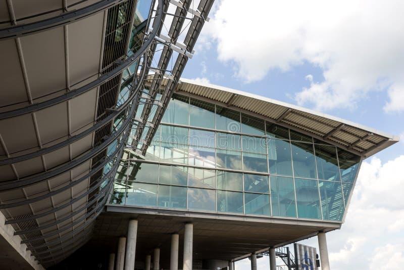Arquitetura moderna, construção do aeroporto da vista exterior em Leipzig fotografia de stock