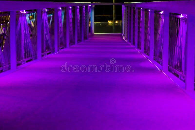 Arquitetura moderna da cidade uma ponte com luzes de néon roxas em scheveningen os Países Baixos um cenário urbano da arquitetura imagem de stock