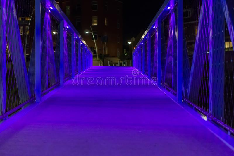 Arquitetura moderna da cidade uma ponte leve azul que anda as ruas de scheveningen o cenário urbano holandês da arquitetura da ci foto de stock royalty free