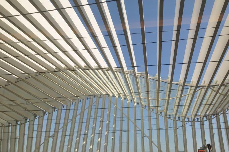 Arquitetura moderna do telhado da estação foto de stock
