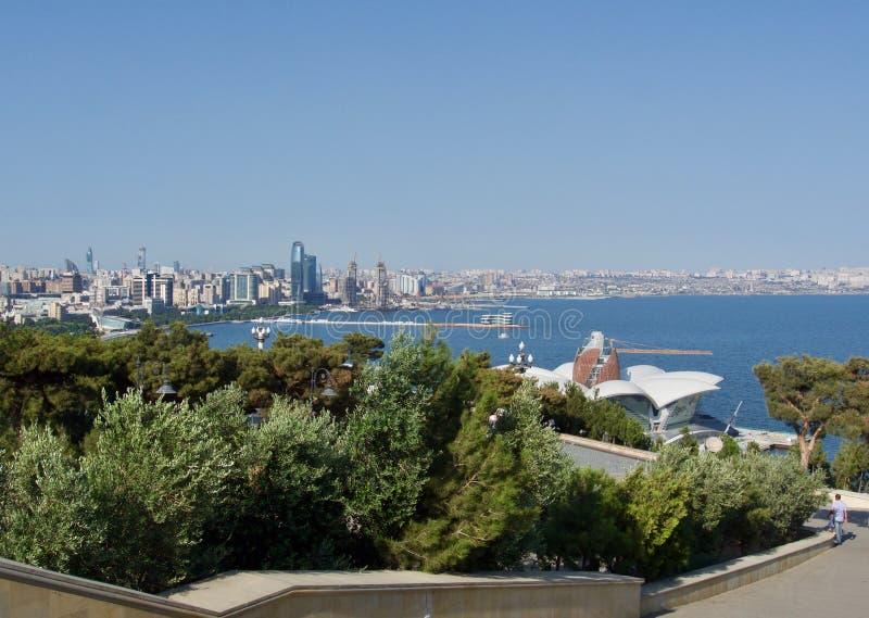 Arquitetura moderna no Azerbaijão, vista acima do mar imagem de stock royalty free