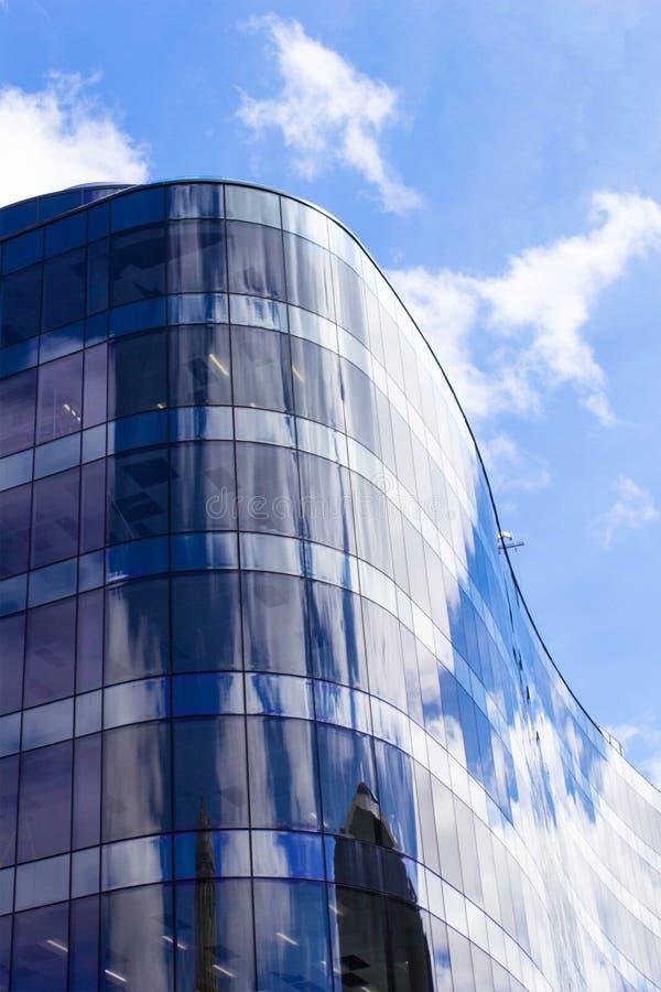 Arquitetura moderna nova, de vidro e céu azul fotos de stock