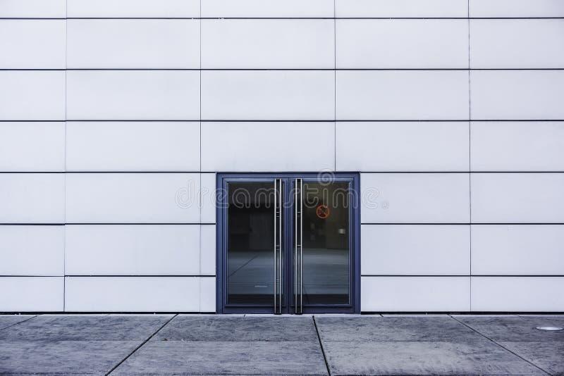 Arquitetura moderna, porta de vidro dobro e parede branca fotos de stock