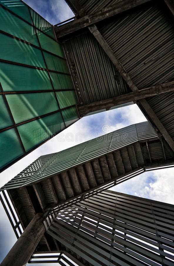 Arquitetura moderna - sob escadas fotos de stock
