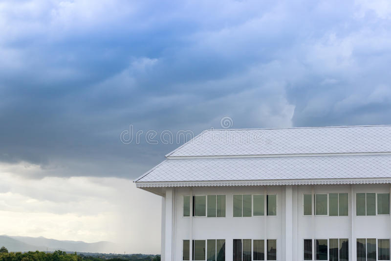 Arquitetura nova da construção no fundo da paisagem da natureza do céu azul imagem de stock