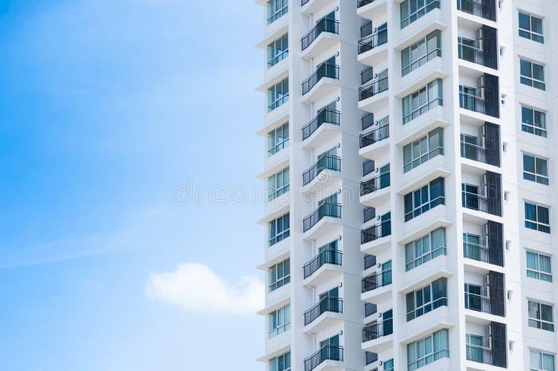 Arquitetura nova da construção no fundo do céu azul foto de stock