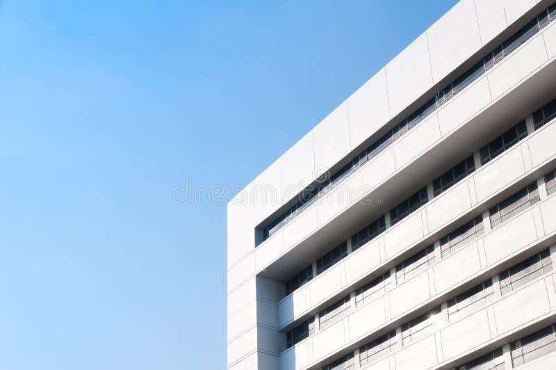 Arquitetura nova da construção no fundo do céu azul, opinião exterior arquitetónica de baixo ângulo imagens de stock royalty free