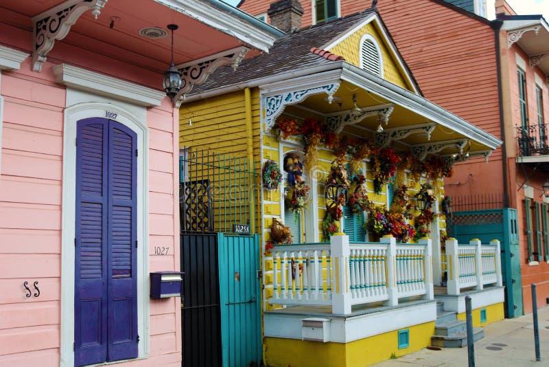 Arquitetura original clássica da casa colorida do bairro francês de Nova Orleães foto de stock royalty free