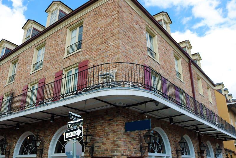Arquitetura original clássica da casa colorida do bairro francês de Nova Orleães fotos de stock royalty free