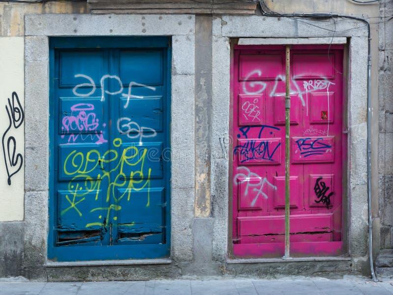 Arquitetura portuguesa antiga: Portas coloridas velhas e escritas foto de stock royalty free