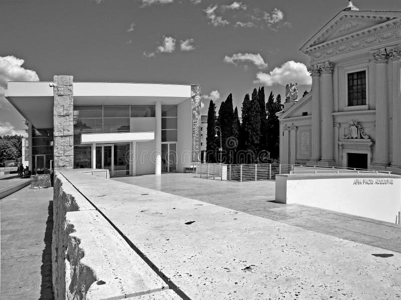 Arquitetura preto e branco de Roma da fotografia: Augusto Emperor esquadra, pacis museu das aros e igreja fotos de stock