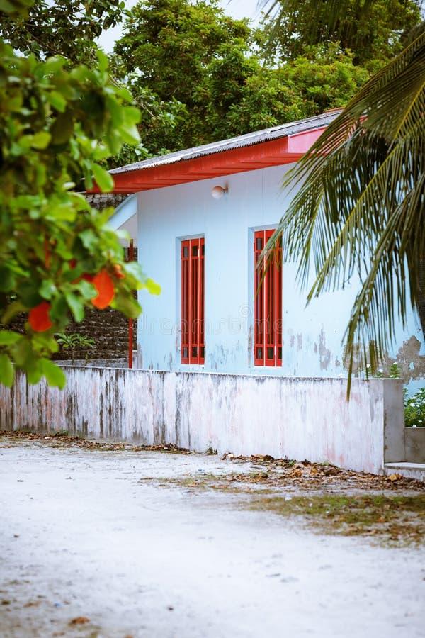 Arquitetura rural simples branca típica da casa da vila de Maldivas fotos de stock royalty free
