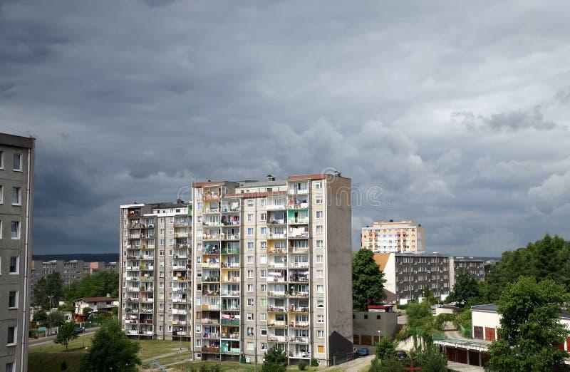 Arquitetura socialista do bloco de apartamentos em Poland. imagens de stock