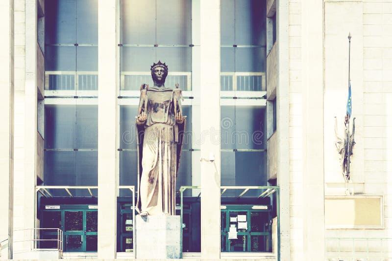 Arquitetura tradicional de Sicília em Itália, construção do tribunal em Catania, estátua de Themis, deusa do monumento de justiça imagens de stock royalty free
